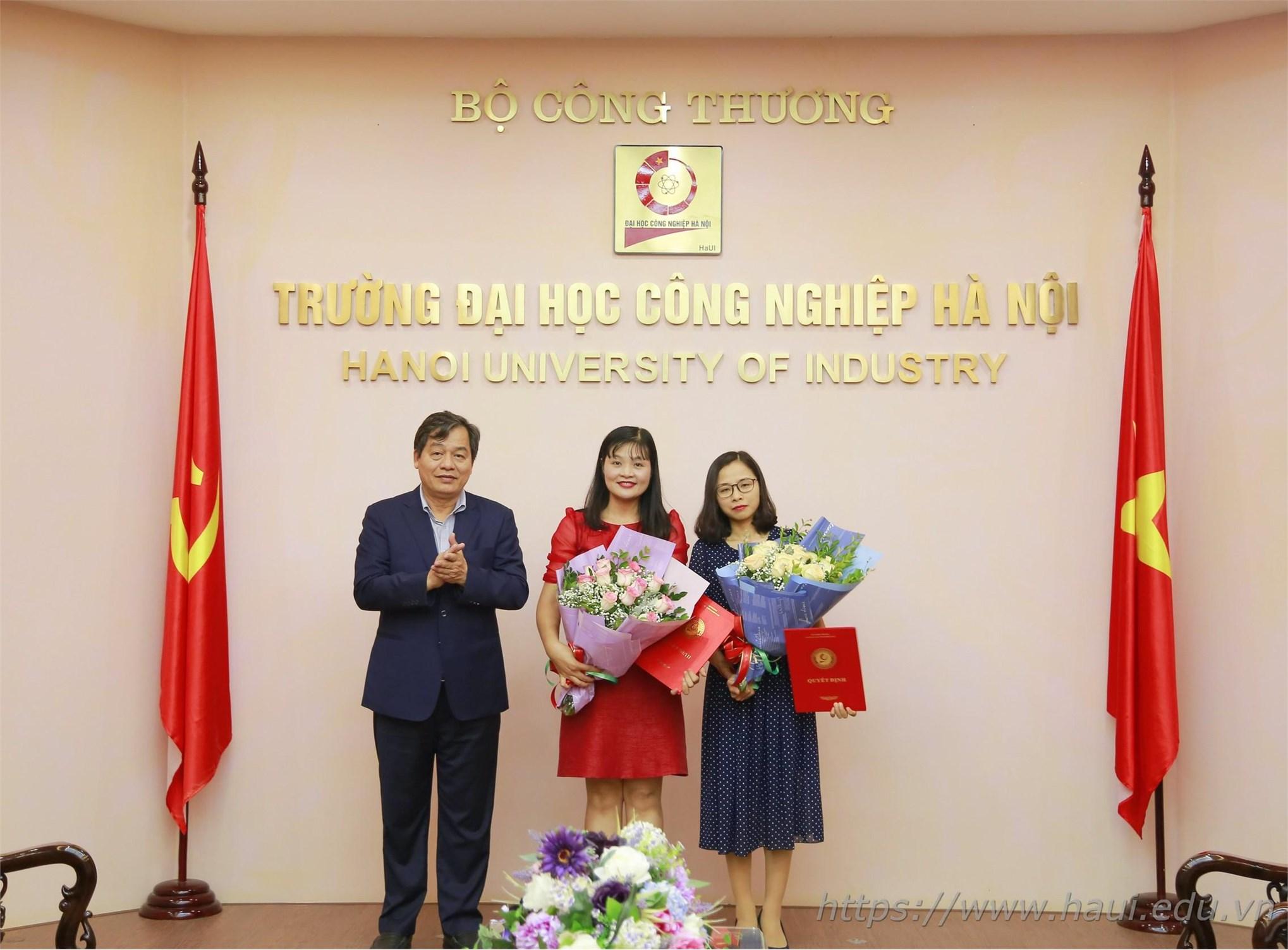 Trao quyết định bổ nhiệm phó trưởng khoa cho TS Trương Thanh Hằng